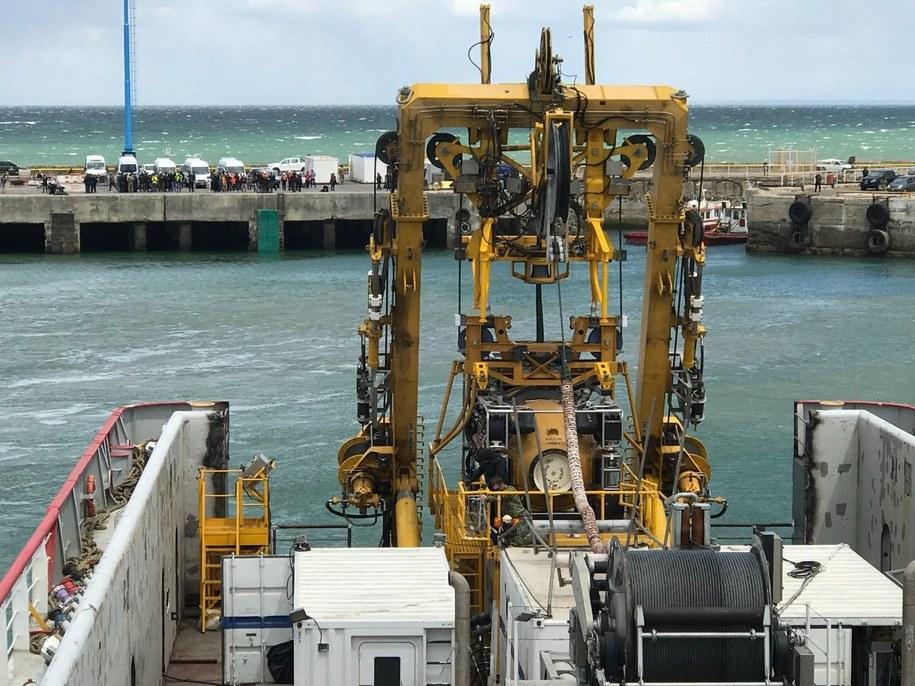 Okręt ze specjalnym wyposażeniem biorący udział w akcji poszukiwawczej /US Navy photo by Cmdr. Joe Bell/HO /PAP/EPA