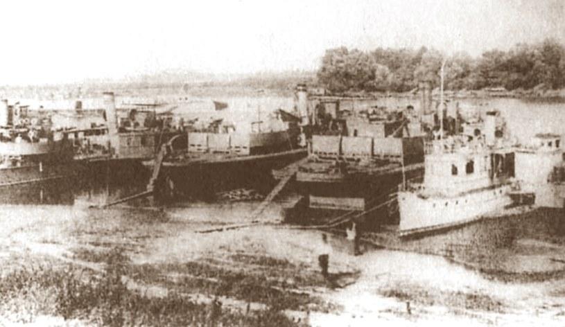 Okręty sowieckiej Dnieprzańskiej Flotylli Wojennej w 1919 roku /archiwum S. Zagórskiego /INTERIA.PL/materiały prasowe