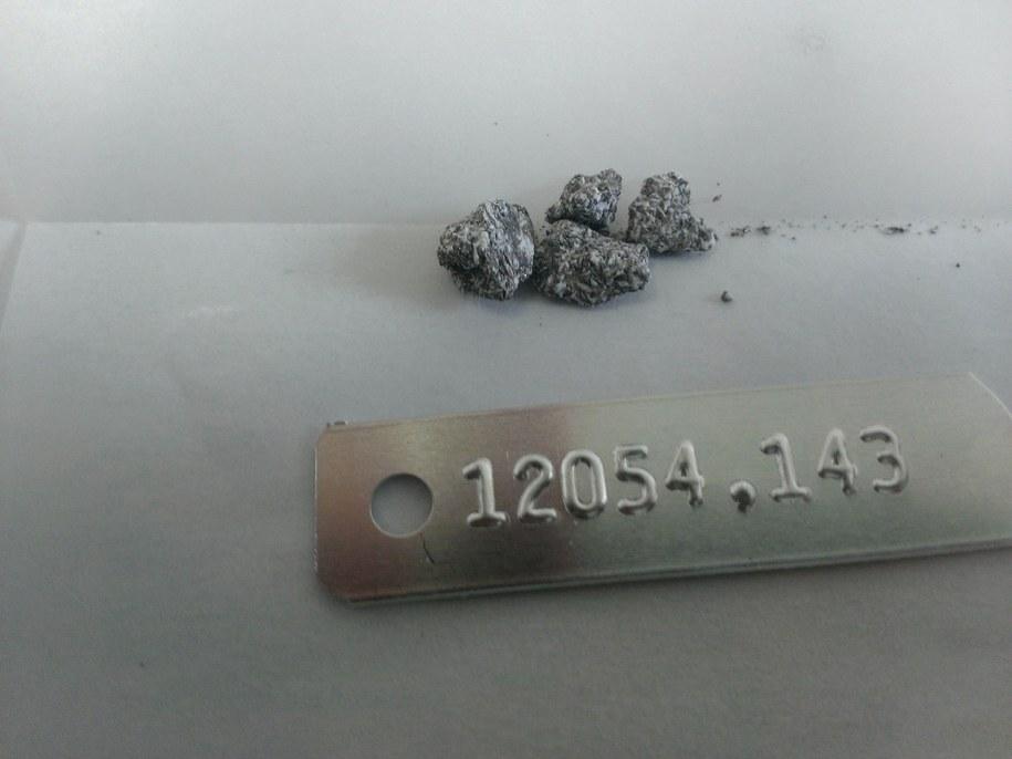 Okruchy zawierających ilmenit skał bazaltowych z Księzyca, przywiezione na Ziemię przez astronautów Apollo 12 /Maxwell Thiemens, 2019 /Materiały prasowe