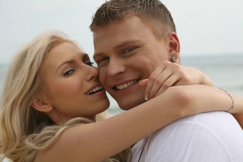 Oksytocyna nazywana jest hormonem miłości /123RF/PICSEL