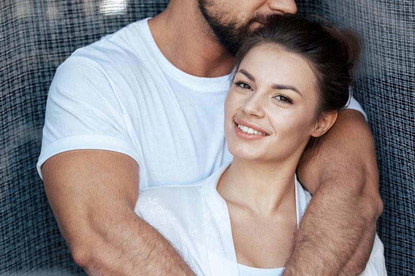 Oksytocyna w połączeniu z kobiecymi hormonami - na przykład z estrogenem, który wzmaga jej wydzielanie - wyzwala potrzebę bliskości i silne przywiązanie /123RF/PICSEL