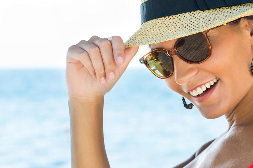 Okulary i kapelusz - to odpowiednia ochrona /123RF/PICSEL