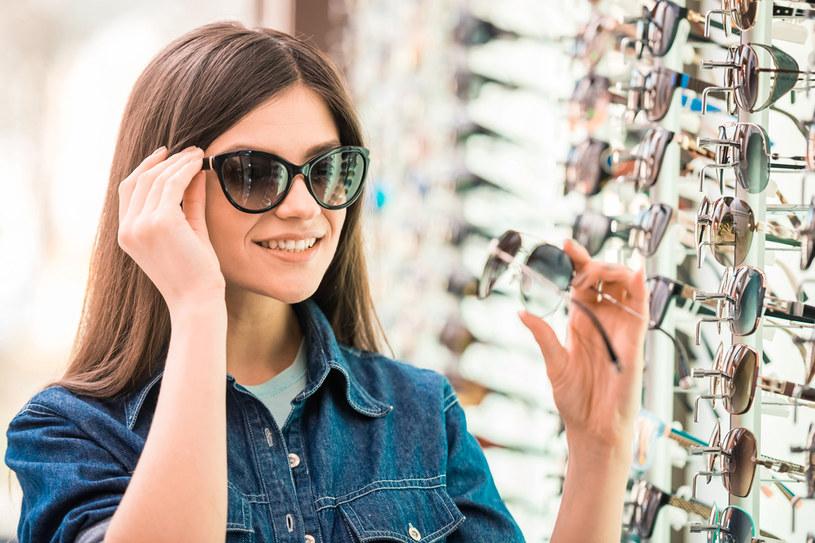 """Okulary """"miejskie"""", do codziennego użytku mogą być z plastiku. Są lekkie i odporne na zarysowania. Natomiast, gdy prowadzisz aktywny tryb życia i uprawiasz sport, wybierz poliwęglan - mocne i nietłukące się tworzywo /123RF/PICSEL"""