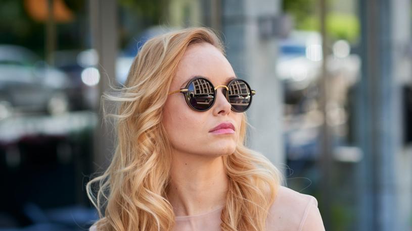 Okulary mogą pełnić różne funkcje - od dekoracyjnej po maskującą /Leszek Bosak /materiały prasowe