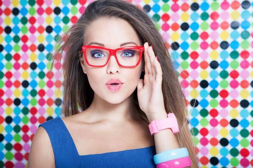 Okulary powinniśmy regularnie czyścić szmatkami lub chusteczkami, można je też myć wodą /123RF/PICSEL