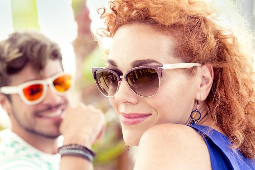 Okulary przeciwsłoneczne bez dobrej jakości filtra UV mogą wyrządzić więcej szkody niż pożytku. /Styl.pl/materiały prasowe
