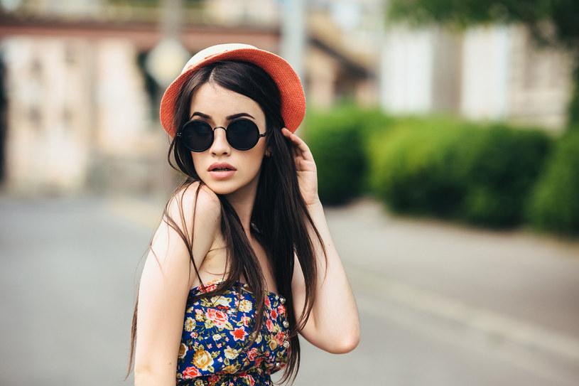 Okulary przeciwsłoneczne muszą przyciągać uwagę! /123RF/PICSEL
