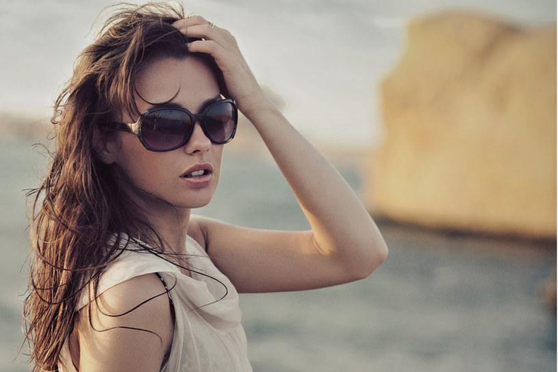 Okulary przeciwsłoneczne powinny nie tylko ładnie wygladać, ale też chronić oczy /123RF/PICSEL