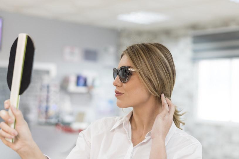 Okulary przeciwsłoneczne to nie tylko modny dodatek, ale też ochrona i gwarancja zdrowych oczu. /123RF/PICSEL