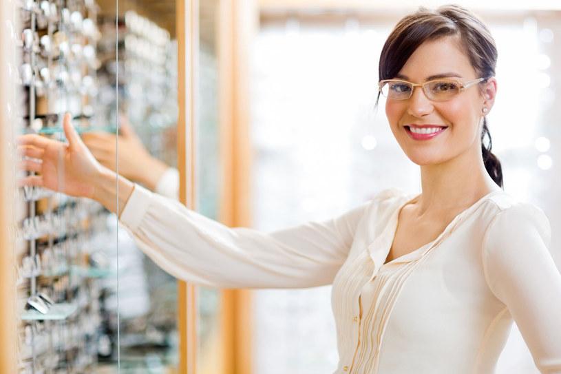 Okulary sprzedawane na bazarze nie są poddawane kontroli. Zarówno te do noszenia na co dzień, jak i przeciwsłoneczne kupujmy wyłącznie u optyka /123RF/PICSEL