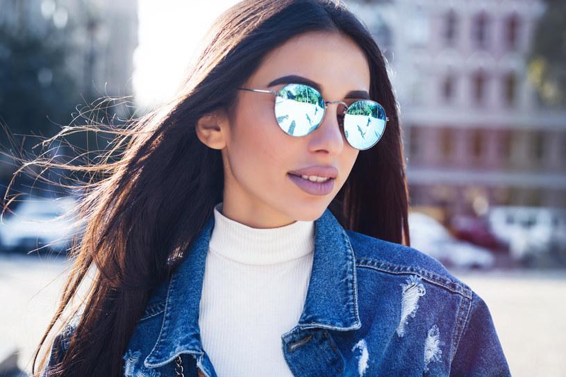 Okulary to stylowy dodatek, który pomoże ci także optycznie wysmuklić twarz /Adobe Stock