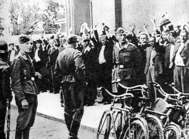 Okupacja niemiecka w Warszawie w czasie II wojny światowej: łapanka na ulicach miasta/GKBZHwP /East News