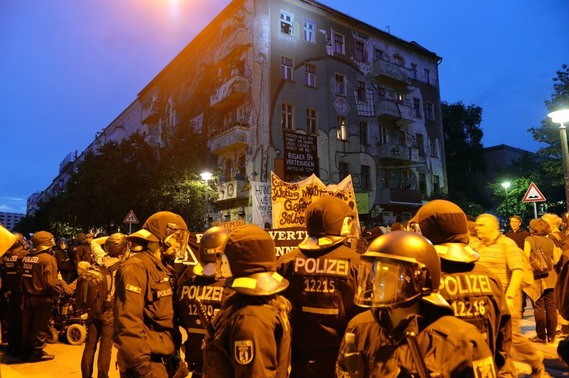 Okupowany budynek znajduje się przy berlińskiej ulicy Rigaerstrasse /EPA/MAURIZIO GAMBARINI /PAP/EPA