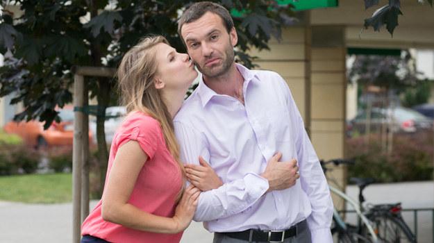 """Ola i Mariusz nawiążą bliską znajomość... Niestety, prawnik """"zapomni"""" powiedzieć Olce, że ma żonę i dziecko, a ona zakocha się w nim bez pamięci. /Agencja W. Impact"""