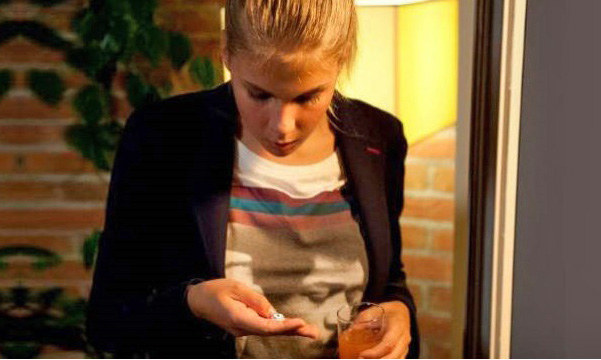 Ola (Marta Wierzbicka) o to, że wpadła w nałóg, obwinia także swoją mamę. /TVN
