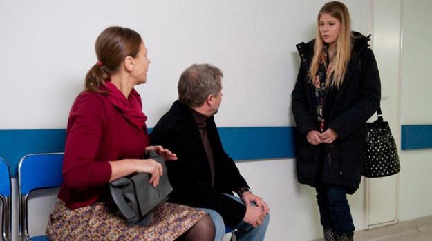 Ola odwiedza Karinę w szpitalu. Na korytarzu spotyka jej rodziców. Kiedy widzą Zimińską, reagują agresją! /TVN