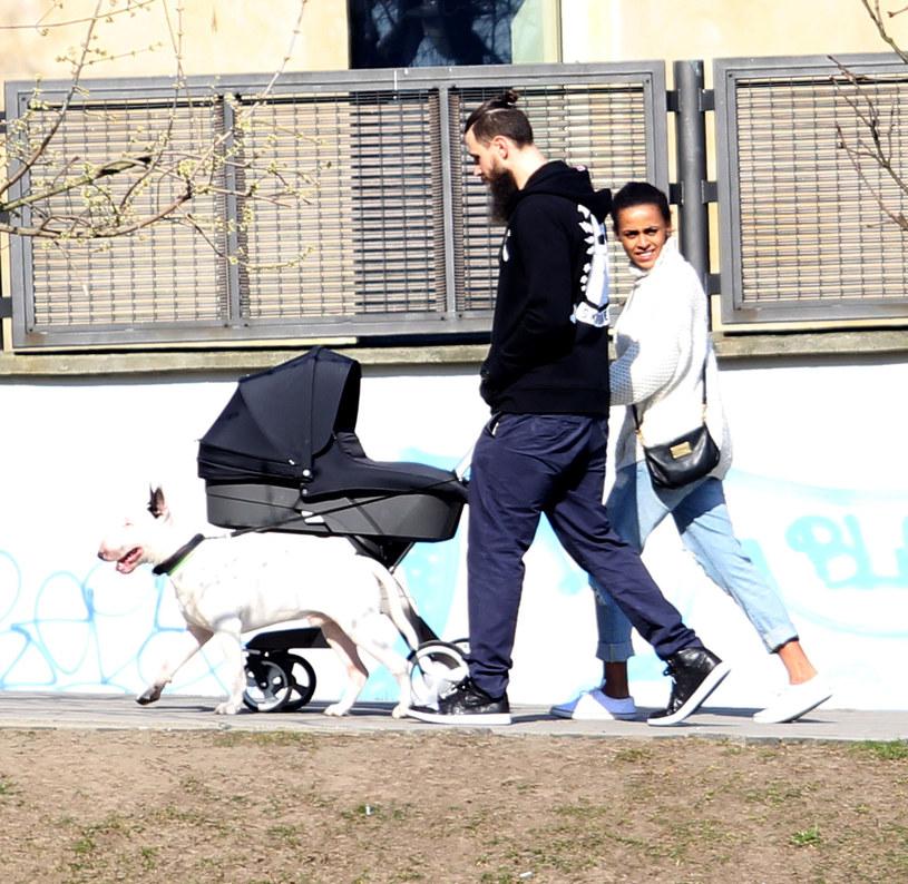 Ola Szwed z synkiem i partnerem /Foto IP
