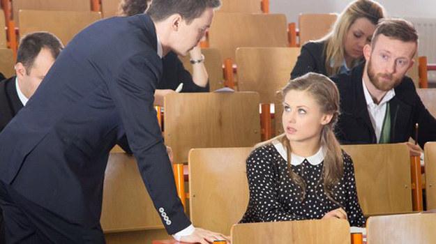 Ola wejdzie na egzamin, zacznie odpowiadać na pytania… i już po godzinie, z nieszczęśliwą miną, przywoła jednego z obecnych na sali wykładowców: - Odeszły mi wody! /ARTRAMA