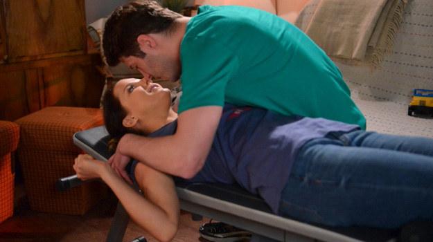 Olaf i Marta niespodziewanie zaczną się całować. Chwilę później oboje bardzo zakłopotani przeproszą się nawzajem. /Agencja W. Impact