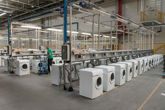 Oławska fabryka zatrudnia 1000 osób i produkuje rocznie 1,2 mln pralek /PAP