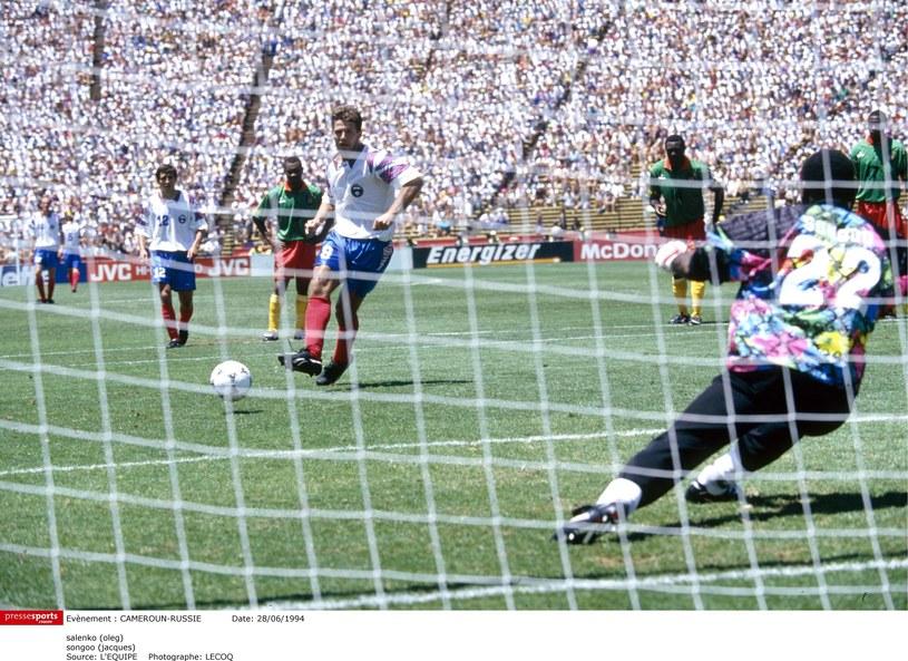 Oleg Salenko strzela gola w meczu z Kamerunem. Jednego z pięciu /AFP