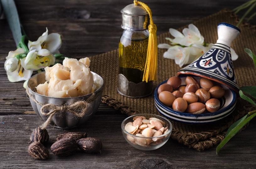 Olej arganowy oraz olej kokosowy znajdziemy dziś w wielu produktach kosmetycznych. Składniki te z powodzeniem zastąpiły sztuczne substancje i póki co nie zanosi się na zmianę /123RF/PICSEL
