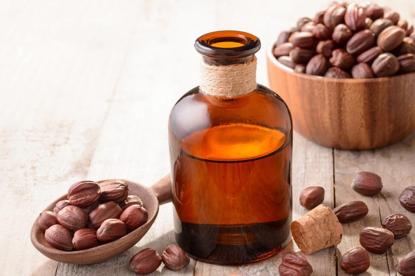 Olej jojoba zawiera m.in. witaminę F, która usprawnia funkcjonowanie gruczołów łojowych skóry /123RF/PICSEL