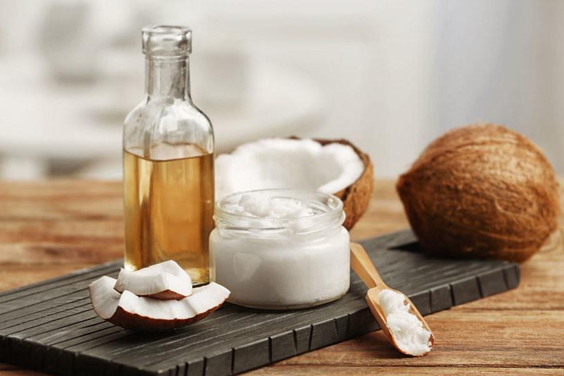 Olej kokosowy ma wiele zastosowań w kuchni, kosmetyce i sprzątaniu /123RF/PICSEL