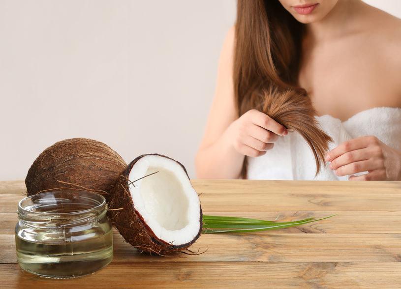Olej kokosowy może pomóc na rozdwajające się końcówki i łamliwe włosy /123RF/PICSEL