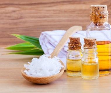 Olej kokosowy przeciwdziała siwieniu i wypadaniu włosów