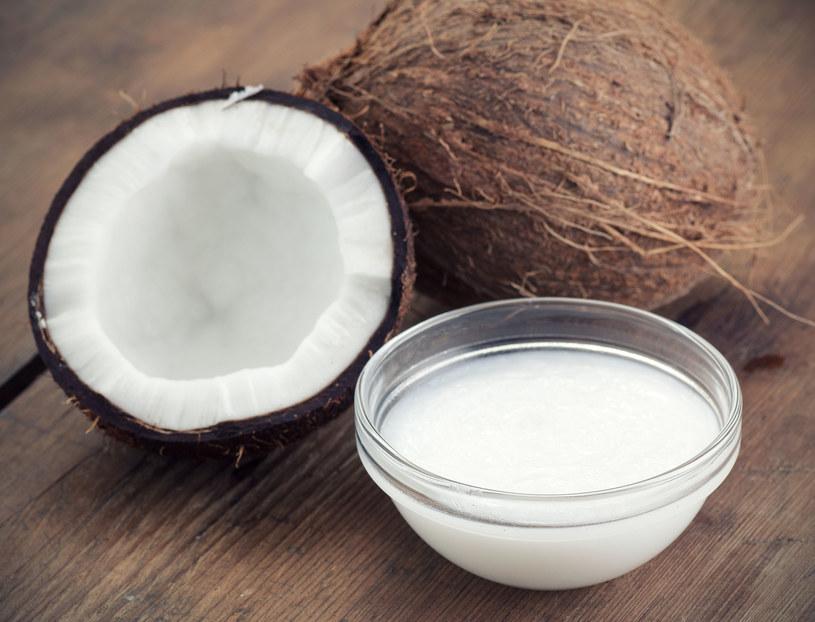 Olej kokosowy świetnie nadaje się również do demakijażu /123RF/PICSEL