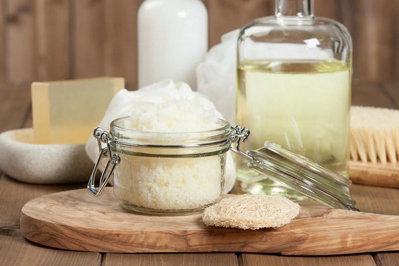 Olej kokosowy to jeden z naturalnych produktów, który nie wywołuje alergii /123RF/PICSEL