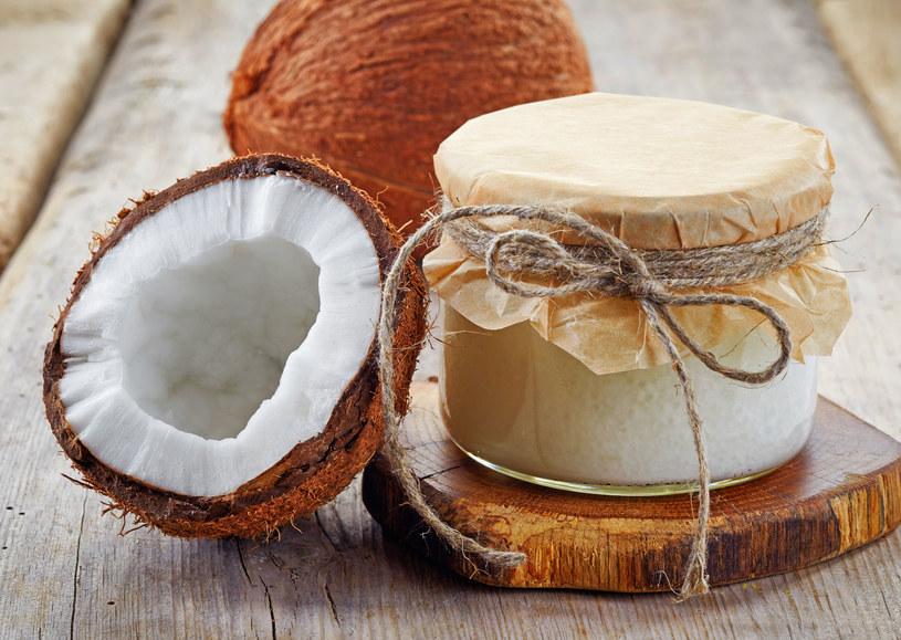 Olej kokosowy wybiela zęby /123RF/PICSEL