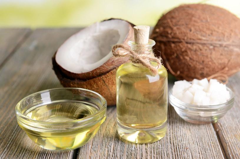 Olej kokosowy zastąpi krem nawilżający na noc /123RF/PICSEL