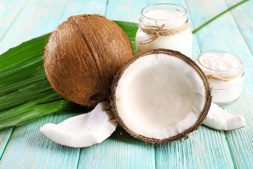Olej kokosowy zawiera witaminy E i K, żelazo oraz związki fenolowe i i kwas laurynowy /123RF/PICSEL
