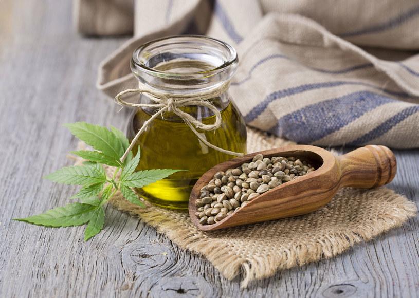 Olej konopny jest nie tylko źródłem cennych kwasów, ale również witamin A, E i D. Dlatego nawilża suchą skórę /123RF/PICSEL