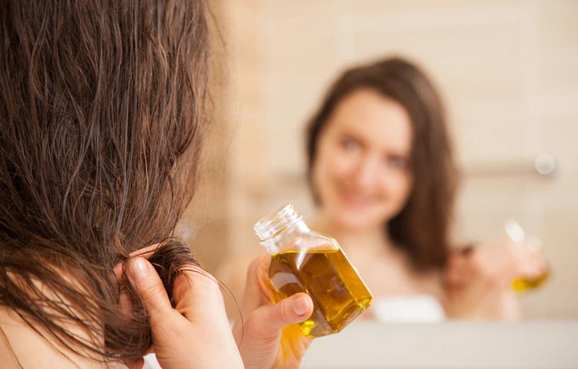 Olej najlepiej pozostawić na włosach całą noc, a rano umyć głowę szamponem. /123RF/PICSEL