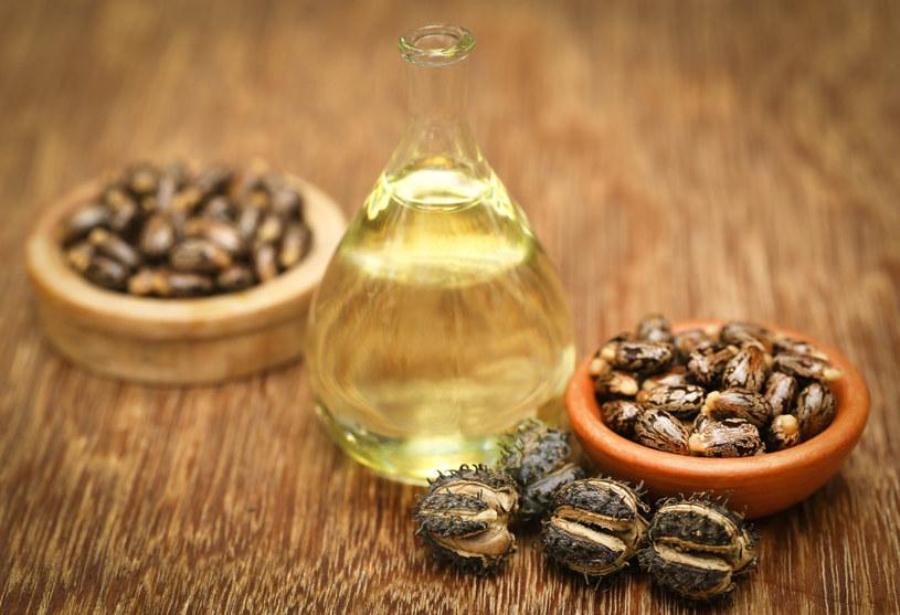 Olej rycynowy od wieków jest znany ze swoich właściwości leczniczych. Olejek rycynowy sprawdza się też w pielęgnacji rzęs, brwi, włosów czy twarzy /123RF/PICSEL