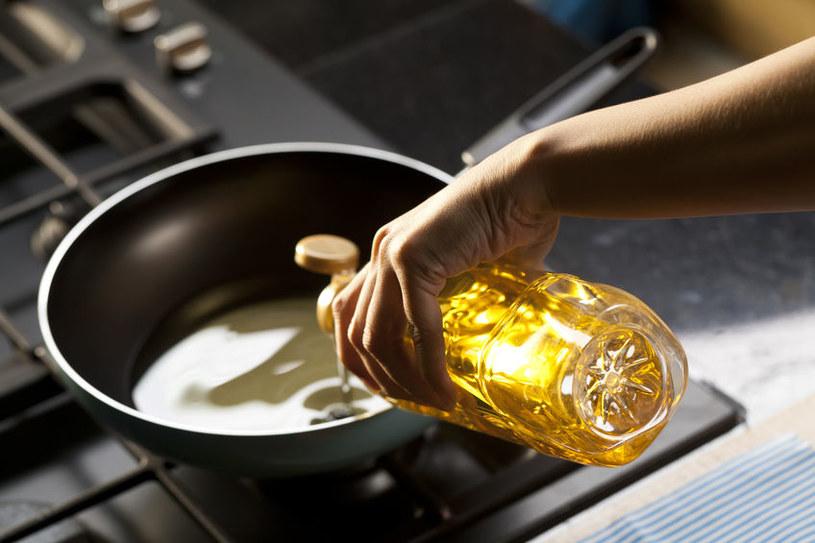 Olej rzepakowy do smażenia /©123RF/PICSEL