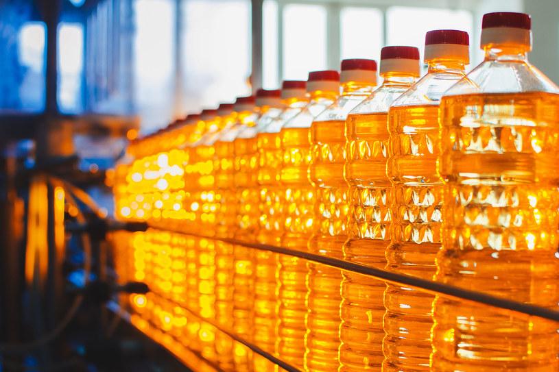 """Olej rzepakowy to nasza """"polska oliwa"""". Warto go włączyć do diety zamiast tłuszczów roślinnych /123RF/PICSEL"""