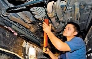Olej skrzyni często trzeba uzupełniać od dołu auta, np. specjalną ręczną pompką. Te najtańsze, plastikowe nie sprawdzają się. /Motor