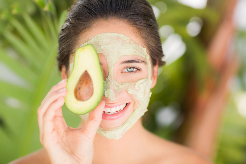 Olej z awokado pobudza odnowę kolagenu, dzięki czemu skóra dłużej pozostaje elastyczna. /123RF/PICSEL