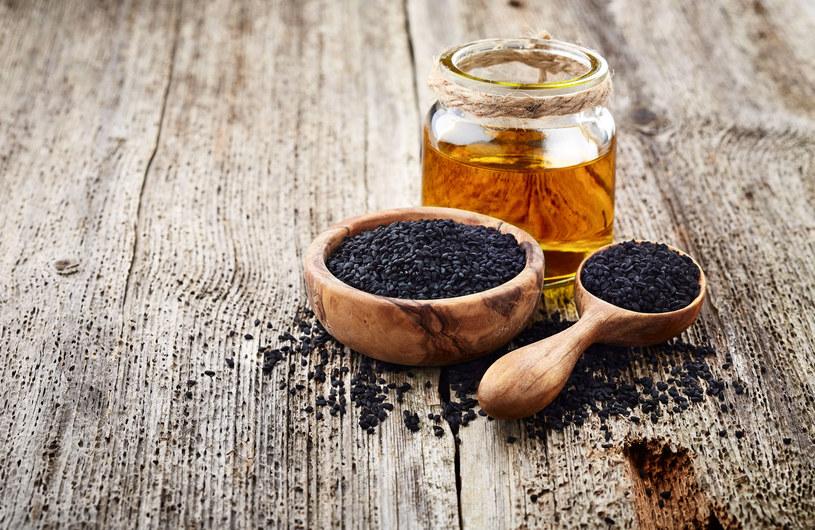 Olej z czarnuszki przyczynia się do szybszego gojenia ran, sprzyja leczeniu łupieżu, trądziku, liszaja czy AZS /123RF/PICSEL