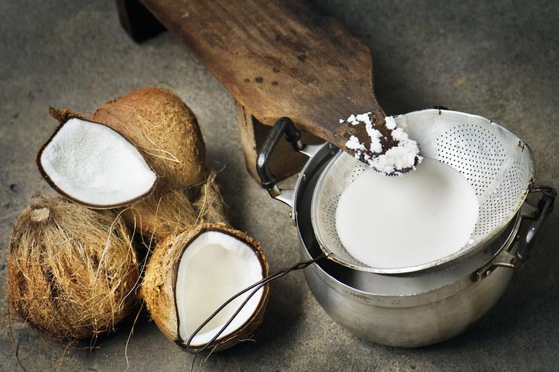 Olej z kokosa nawilży i wzmocni przesuszone jesienią i zimą pasma /123RF/PICSEL
