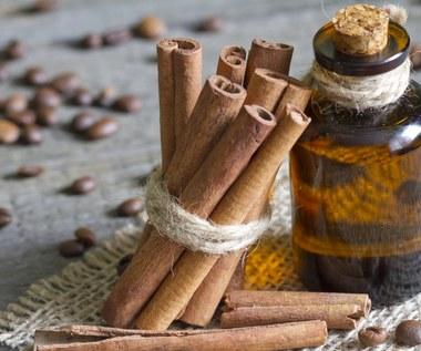 Olejek cynamonowy: Pomoże pozbyć się tłuszczu z brzucha i odstraszy komary