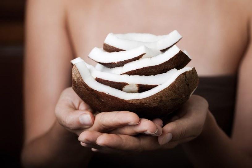 Olejek kokosowy powinien zagościć na stałe w twojej łazience /123RF/PICSEL
