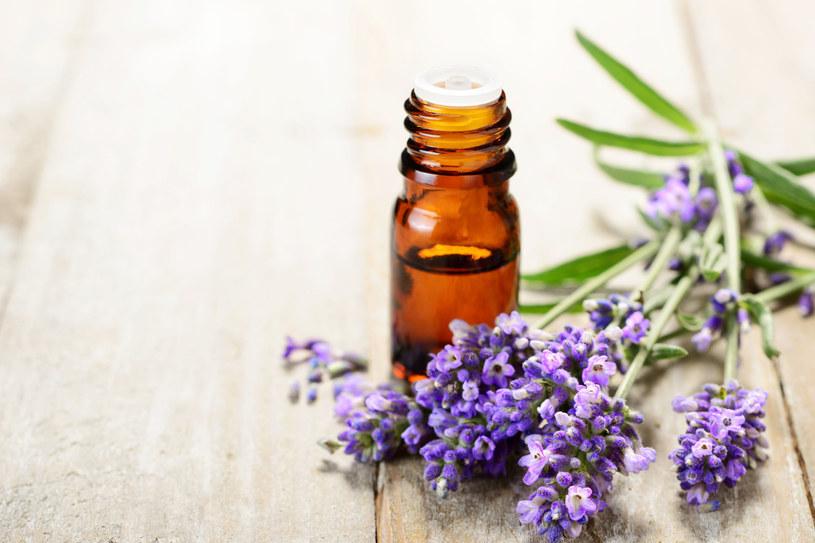 Olejek lawendowy to świetny domowy sposób na ból głowy /123RF/PICSEL
