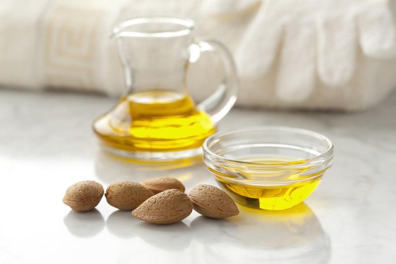 Olejek migdałowy jest od wielu lat stosowany w kosmetyce /123RF/PICSEL