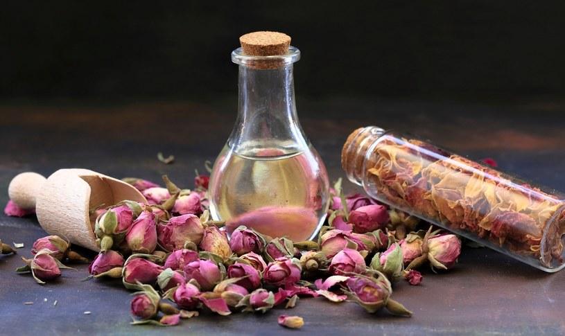 Olejek różany nie jest tani, ale ma cenne właściwości i pięknie pachnie /123RF/PICSEL