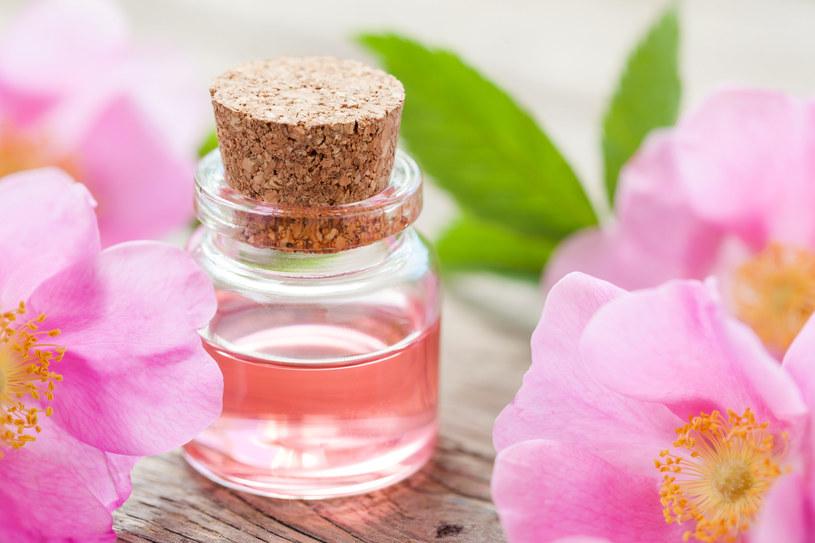 Olejek różany pomoże odświeżyć i zregenerować skórę /123RF/PICSEL